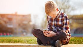 Bub mit Smartphone © zaikina, stock.adobe.com