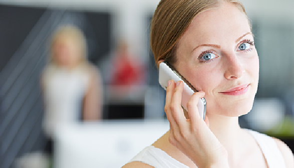 Frau telefoniert mit Smartphone © Robert Kneschke, Fotolia