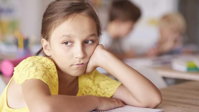 Trauriges Mädchen in der Schule © gpointstudio, stock.adobe.com