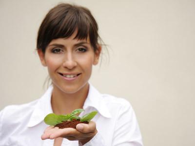 Frau hält Pflanze in der Hand © drubig-photo, fotolia.com