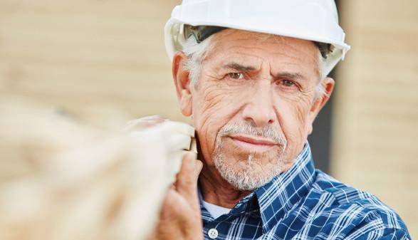 Älterer Handwerker mit Schutzhelm © Robert Kneschke , stock.adobe.com