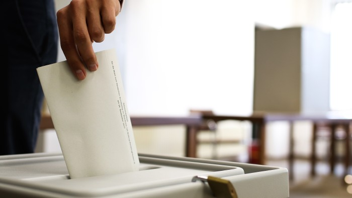 Wahlzettel wird in Urne geworfen © Julian Schäpertöns , stock.adobe.com