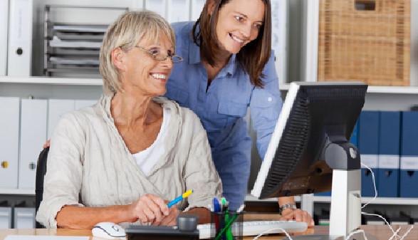 Ältere Arbeitnehmerin bei der Arbeit am Computer. © contrastwerkstatt, fotolia.com