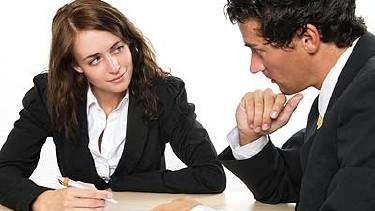 Mann und Frau im Gespräch - mit Unterlagen am Tisch © MaFiFo, Fotolia.com