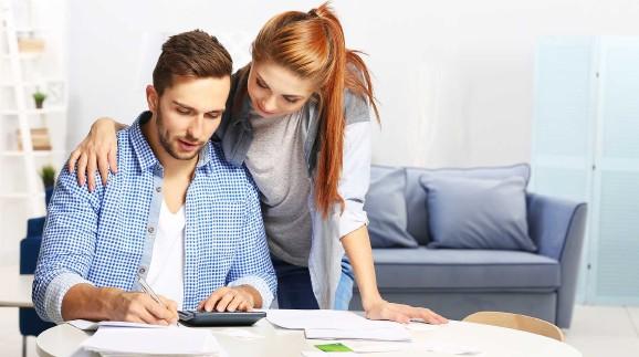 Junges Paar füllt die Einkommensteuer-Erklärung aus © Africa Studio, stock.adobe.com