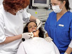 Patientin wird von Zahnärztin behandelt und von Assistentin betreut © BildPix.de, Fotolia.com