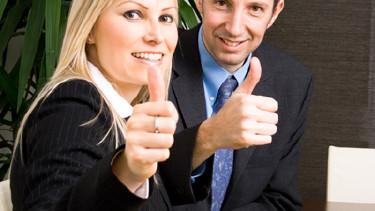 Beide Daumen hoch - Der Chef im Gespräch mit seiner Mitarbeiterin. © Chlorophylle, Fotolia