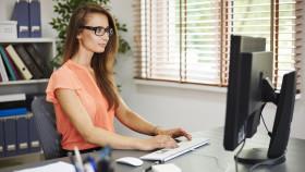 Büroangestellte tippt auf Computer © gpointstudio, stock.adobe.com