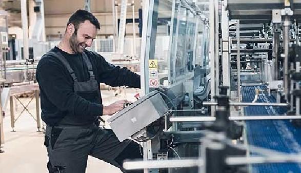 Mann bei der Arbeit in einer Produktionshalle © duskojovic, Fotolia.com