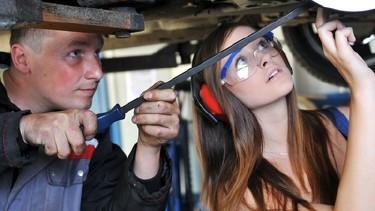 KFZ-Meister zeigt eine Reparatur eineme Lehrling © jörn buchheim, fotolia.com