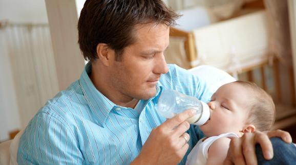 Vater füttert Baby mit Fläschchen © Günter Menzl , stock.adobe.com