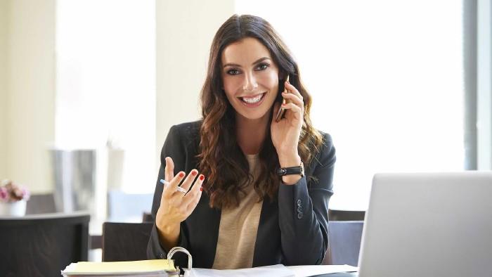 Freundliche Frau telefoniert im Büro © gzorgz, stock.adobe.com