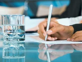 Arbeitnehmerin beim Schreiben © pressmaster, stock.adobe.com