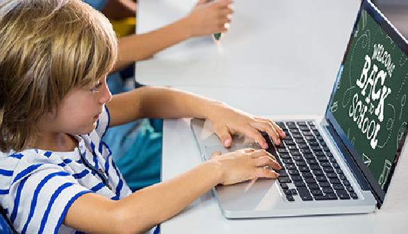 Schüler lernt am Laptop © vectorfusionart, Fotolia