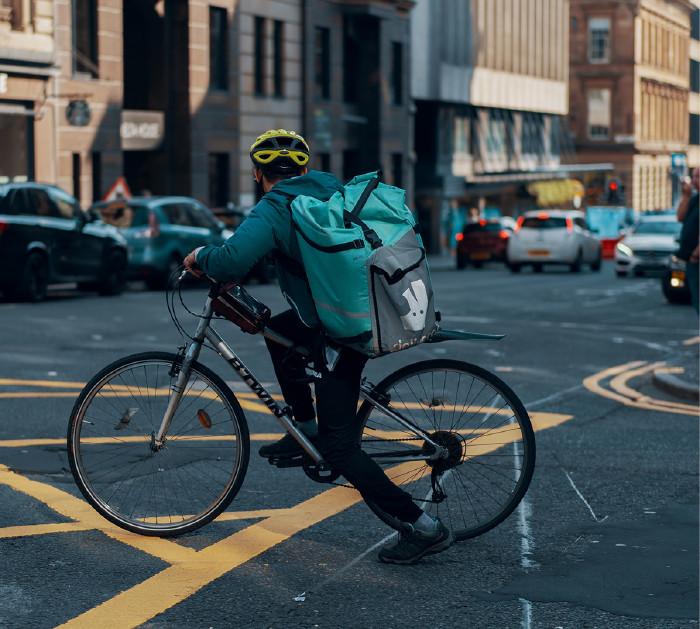 Cyclist Deliveroo © Ross Sneddon, Unsplash