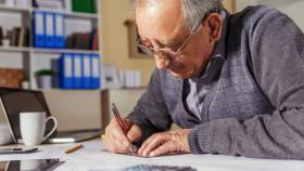 Älterer Herr bei der Arbeit © PointImages, stock.adobe.com