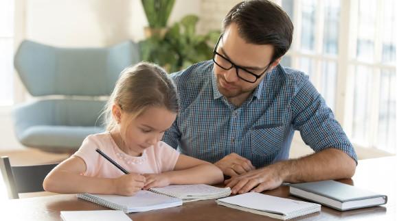 Vater und Kind bei den Hausaufgaben © fizkes, stock.adobe.com