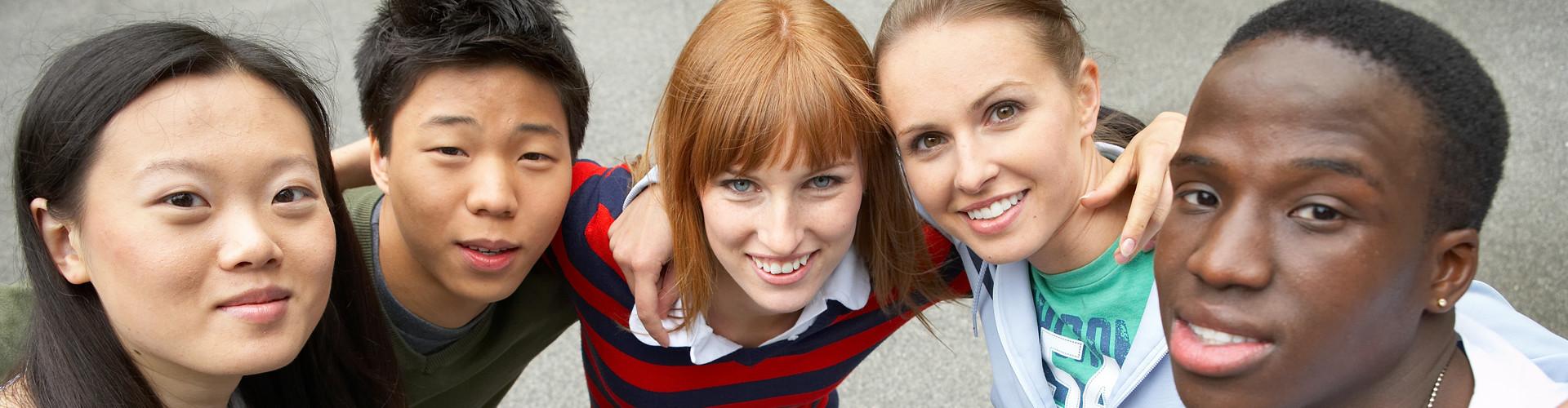 Fünf Personen unterschiedlicher Ethnie stehen Arm in Arm nebeneinander © Franz Pfluegl, stock.adobe.com