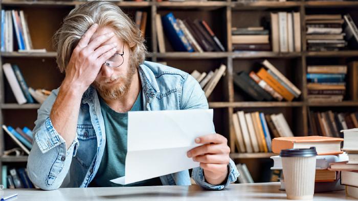 Frustrierter Mann mit einer Abrechnung in der Hand © insta_photos, stock.adobe.com