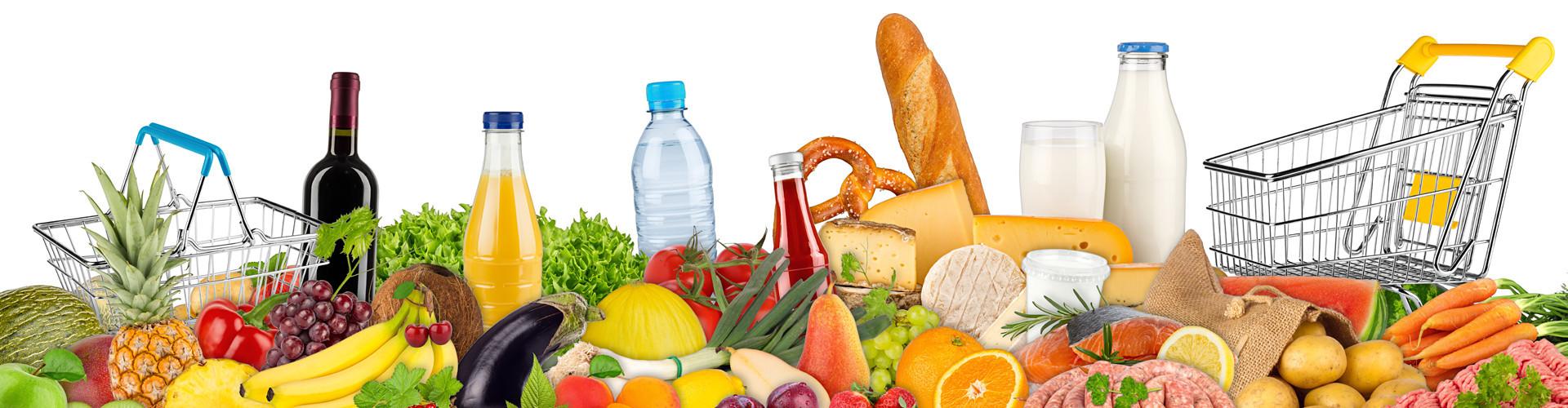 Viele unterschiedliche Nahrungsmittel und Getränke vor weißem Hintergrund, flankiert von einem Einkaufswagerl und einem Einkaufskorb © stockphoto-graf, stock.adobe.com