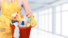 Reinigungskraft mit Putzutensilien © BillionPhotos.com, stock.adobe.com