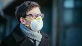 Mann mit Atemschutzmaske © Patrick Daxenbichler, stock.adobe.com