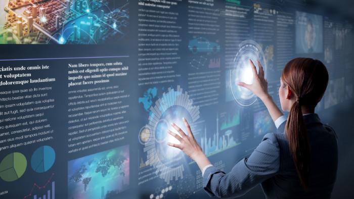 Frau berührt Touchscreen. © metamorworks , stock.adobe.com
