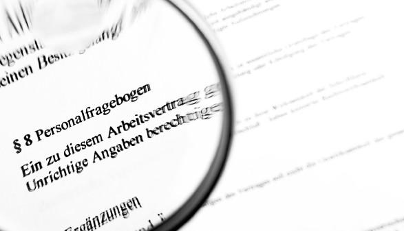 """Das Bild zeigt den Blick durch eine Lupe auf einen Vertrag. Man sieht den Paragraphen """"Personalfragebogen"""" © Bilderjet medi@, stock.adobe.com"""