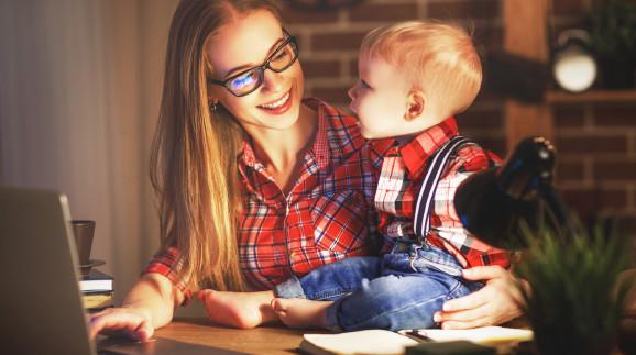 Mutter sitzt mit Baby vor Laptop © JenkoAtaman, stock.adobe.com