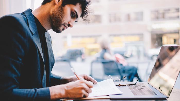Junger Mann arbeitet vor seinem Laptop © BullRun, stock.adobe.com