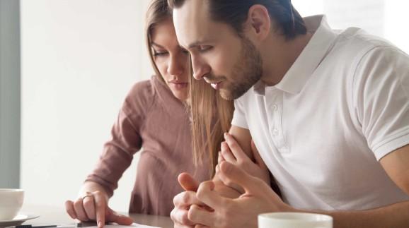 Mann und Frau kontrollieren Vertrag © fizkes, stock.adobe.com