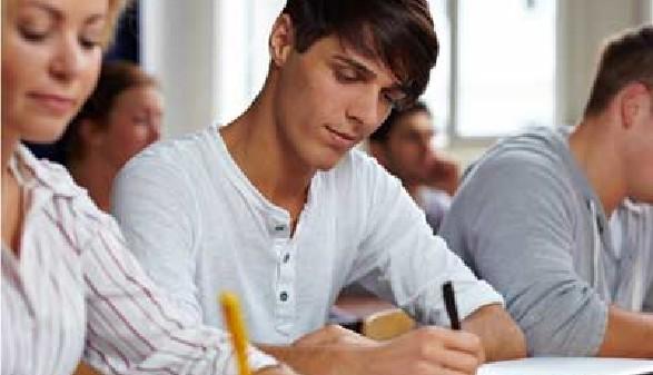Studenten beim Schreiben © Robert Kneschke, Fotolia.com