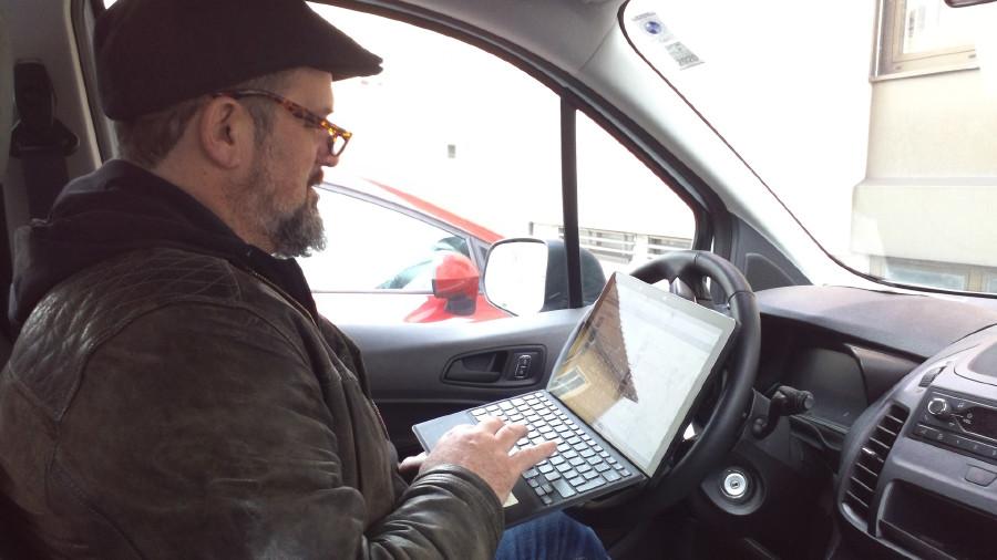 Fahrer mit Laptop im Auto © pro mente OÖ