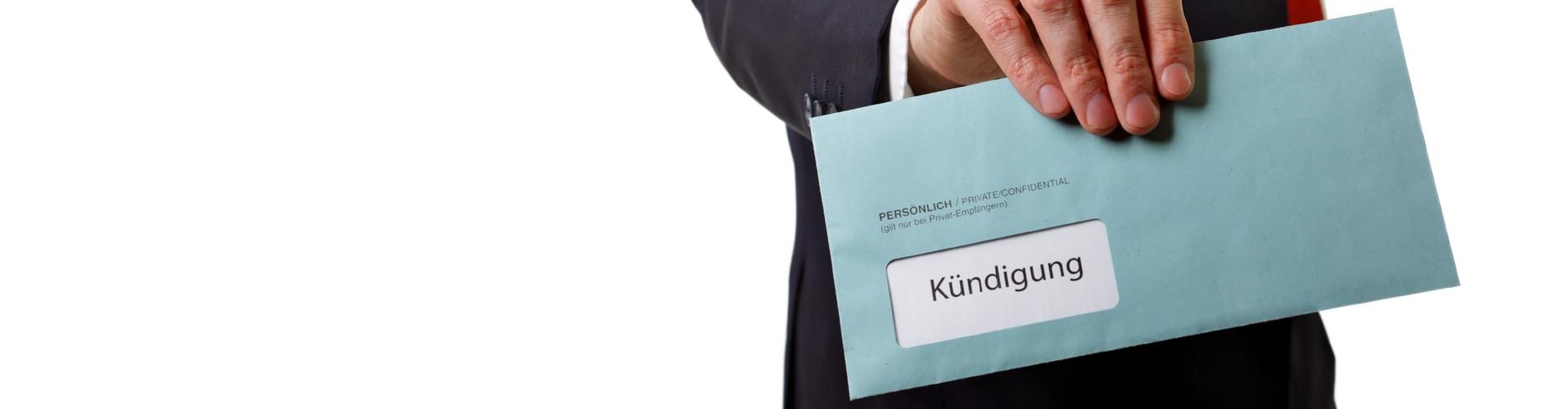 Mann übergibt Brief mit Kündigung © fovito, stock.adobe.com
