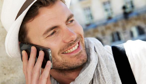Freundlicher Mann telefoniert mit Handy © goodluz, Fotolia