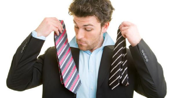 Mann sucht die passande Krawatte © Robert Kneschke, Fotolia