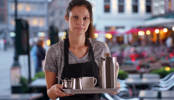Kellnerin serviert im Gastgarten © rocketclips , stock.adobe.com