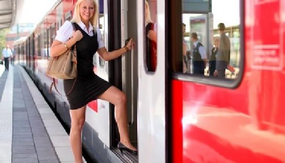 Pendlerin steigt in Zug ein © Sven Grundmann, Fotolia