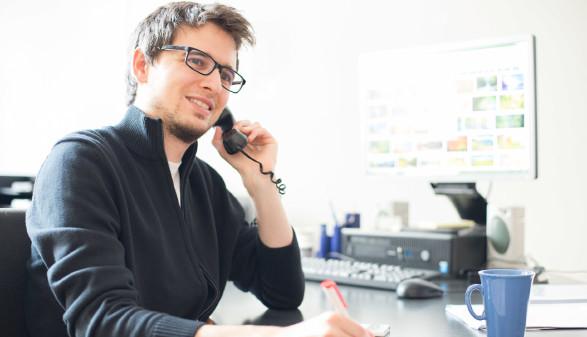 Junger Mann macht Telefondienst © Patrick Daxenbichler, stock.adobe.com