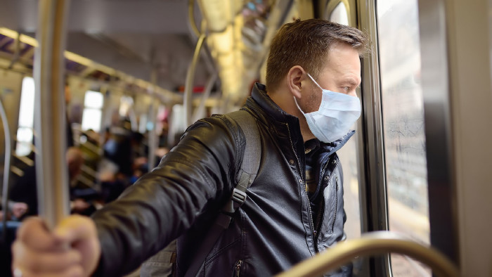 Mann mit Mundschutz in U-Bahn © Maria Sbytova , stock.adobe.com