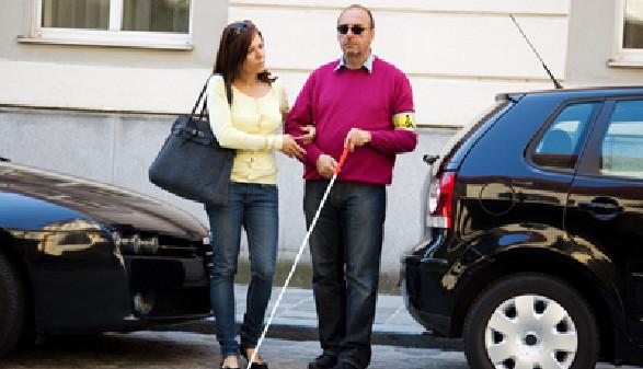 Blinder Mann wird über die Straße geführt © Gina Sanders, Fotolia