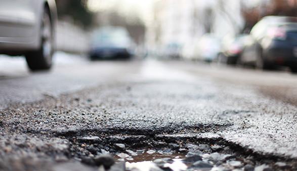 Straße mit Schlaglöchern © Peter Atkins, Fotolia