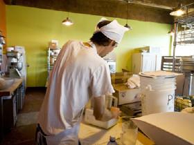 Küchenhilfe in Großküche © thepoeticimage, Fotolia.com