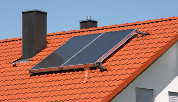 Hausdach mit umweltschonender Solaranlage © Sergej Toporkov, Fotolia