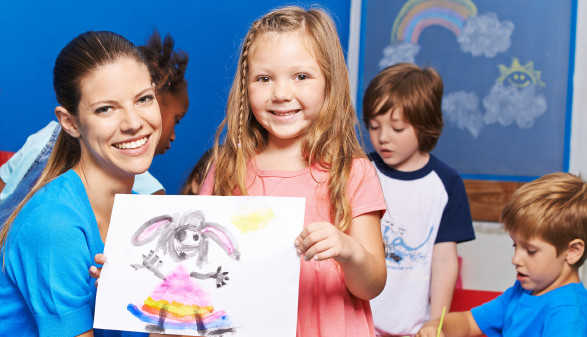 Kind zeigt Betreuerin Zeichnung © Robert Kneschke, stock.adobe.com