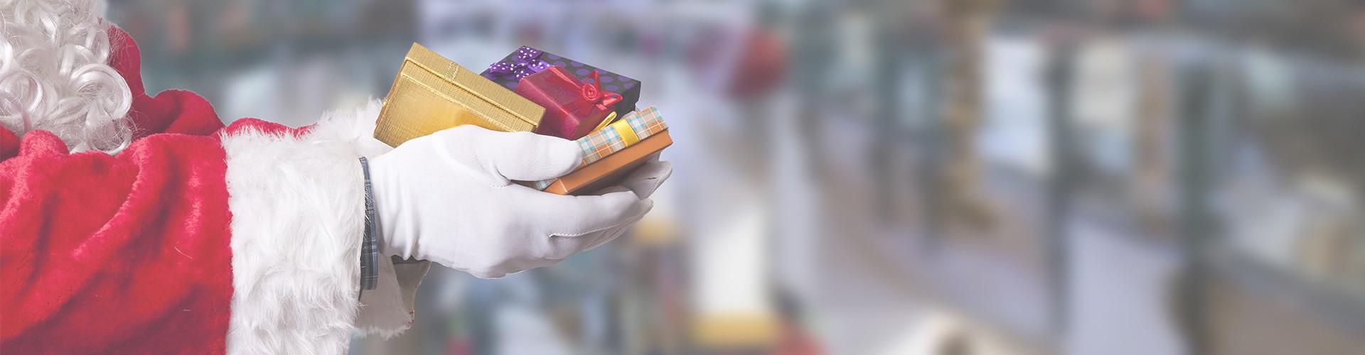 Weihnachtsmann überreicht Geschenke © carballo , stock.adobe.com
