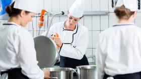 Mitarbeiter in der Küche © Kzenon , stock.adobe.com