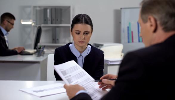 Junge Frau sitzt bei einem Berater © motortion , stock.adobe.com
