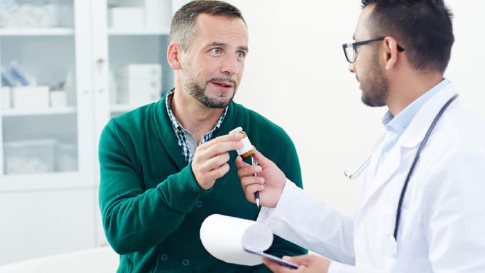 Mann erhält Tabletten vom Arzt © pressmaster, stock.adobe.com