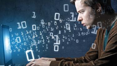 """Junger Mann sitzt vor dem Laptop und tippt auf der Tastatur herum. Aus dem Bildschirm """"schweben"""" ihm Zahlen entgegen. © lassedesignen, stock.adobe.com"""